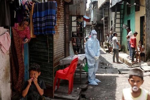 تست کرونا از زاغه نشینان حومه شهر بمبئی هند/ رویترز