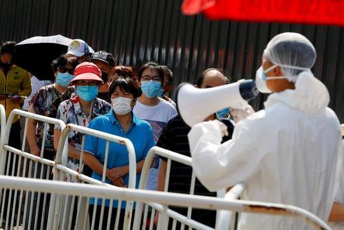 صف تست گیری کرونا در شهر پکن چین/ رویترز