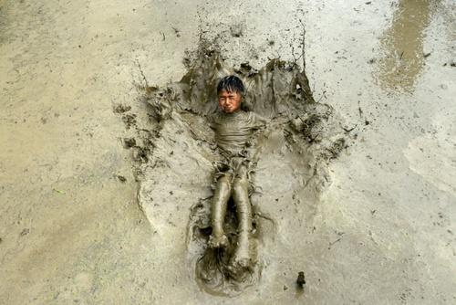 بازی در گِل و لای شالیزارهای برنج در حومه شهر کاتماندو نپال در جشنواره روز ملی برنج/ خبرگزاری فرانسه و رویترز