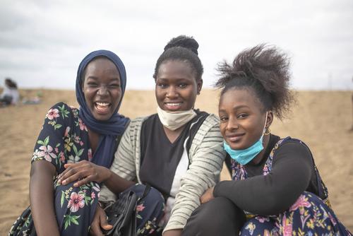 بسیاری از مردم مراکش پس از بازگشایی بخشی از مناطق در این کشور به فضای باز و سواحل رفتند/ اسوشیتدپرس