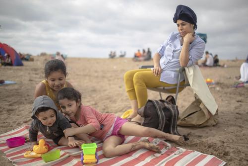 خانواده مراکشی در حال لذت بردن از ساحل پس از بازگشایی اولیه در مراکش/ اسوشیتدپرس