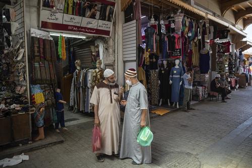 کافه، رستورانهای و برخی از مغازههای قطر برای اولین بار پس از شروع محدودیتهای اجتماعی  باز شدند/ الجزیره