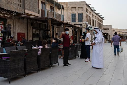 با وجود افزایش شمار مبتلایان کرونا در قطر، رستورانها و کافهها پس از ماه مارس  باز شدند/ الجزیره