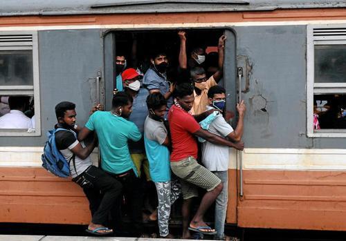 وضعیت ازدحام مسافران قطار شهری در شهر