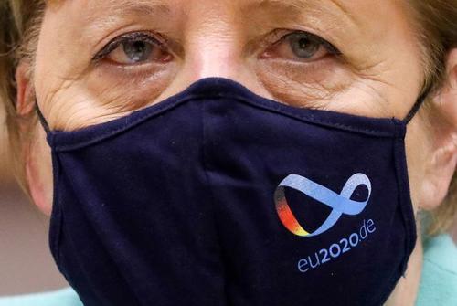 آنگلا مرکل صدراعظم آلمان هنگام حضور در جلسه پارلمان اروپا، ماسک محافظ صورت با آرم ریاست (دورهای) آلمان برای شورای اتحادیه اروپا را زده است./ رویترز