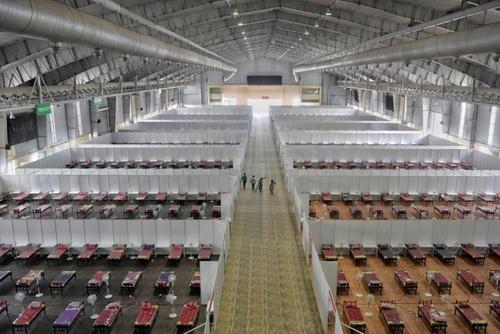 ایجاد بیمارستان صحرایی 10 هزار تختخوابی در محوطه نمایشگاه بینالمللی در ایالت بنگلور هند/ خبرگزاری فرانسه