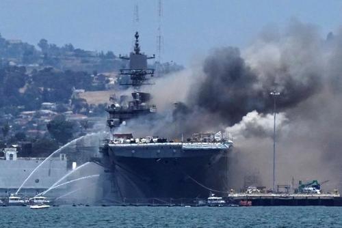 خاموش کردن آتشسوزی ناشی از انفجار در ناوشکن آمریکایی USS Bonhomme Richard در بندر