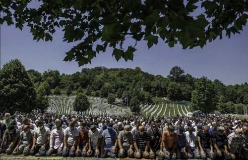 اقامه نماز جماعت در بیست و پنجمین سالگرد کشتار مسلمانان