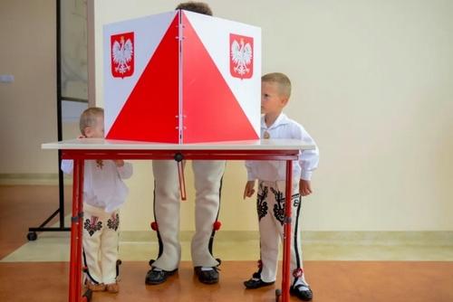 حضور یک مرد لهستانی با لباس سنتی و 2 فرزندش در پای صندوق رای در دومین مرحله انتخابات ریاست جمهوری لهستان/ خبرگزاری فرانسه