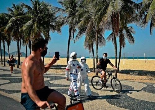 یک زوج برزیلی با لباسهای محافظت دوخت خانگی در ساحل شهر