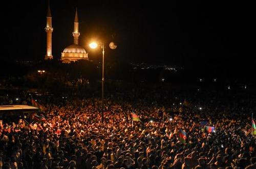 تظاهرات دیشب مردم باکو - عکس: خبرگزاری آناتولی