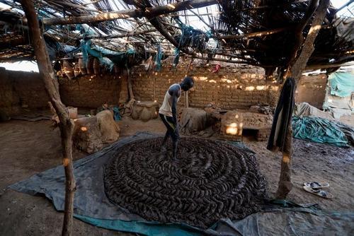 کارگاه خانگی سفال سازی در روستایی در سودان جنوبی/ رویترز