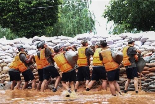 سربازان ارتش چین در حال ساخت سیل بند/ خبرگزاری فرانسه