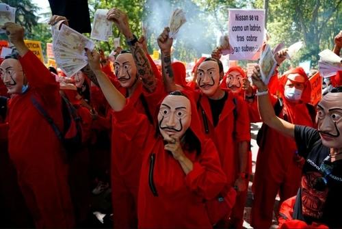 تظاهرات اعتراضی کارگران تعدیل شده شرکت خودروسازی نیسان ژاپن در اسپانیا در مقابل پارلمان اسپانیا در شهر مادرید/ رویترز