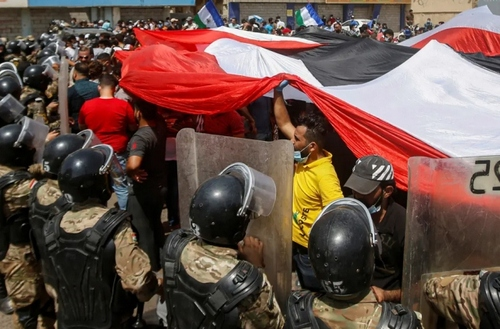 تظاهرات برضد دولت همزمان با سفر
