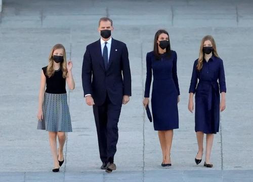 حضور فیلیپ ششم پادشاه اسپانیا به همراه همسر و فرزندانش در مراسم یادبود قربانیان ویروس کرونا در مادرید/ رویترز