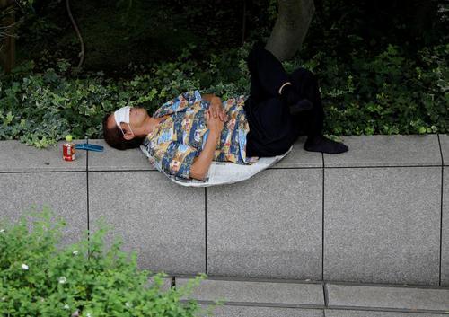 استفاده از ماسک به عنوان چشمبند خواب در خیابانی در شهر توکیو ژاپن/ رویترز