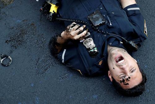یک افسر پلیس زخمی در جریان درگیری با معترضان جنبش ضدنژادپرستی در مقابل برج ترامپ در خیابان پنجم محله منهتن نیویورک / رویترز