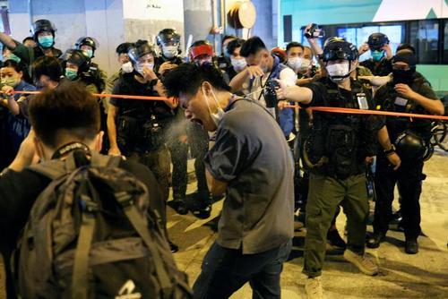 استفاده پلیس هنگکنگ از گاز فلفل علیه تظاهراتکنندگان دموکراسیخواه/ رویترز
