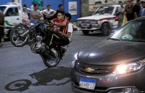 تکچرخ زدن با موتور در خیابانی در شهر قاهره مصر/ رویترز