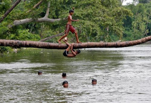 آبتنی نوجوانان در دریاچهای در شهر کلکلته هند در گرمای تابستانی/ رویترز