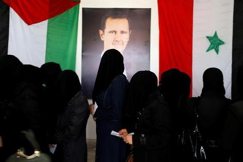 صف رای در انتخابات پارلمانی سوریه در یک حوزه رایگیری در شهر
