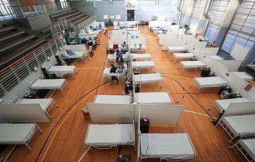 تجهیر یک ورزشگاه به عنوان بیمارستان برای بستری بیماران مبتلا به کووید19 در حومه شهر