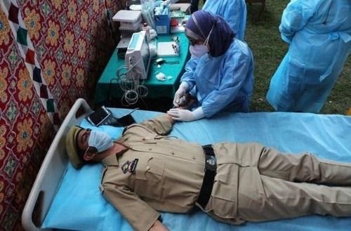 گرفتن پلاسمای خون از یک پلیس بهبود یافته از بیماری کرونا برای تزریق به بیماران بدحال کرونایی در سرینگر هند/EPA