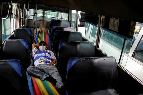 استراحت بین شیفتی یک راننده اتوبوس کادر درمان در شهر