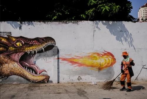 رفتگر اندونزیایی در حال جارو زدن خیابانی در شهر جاکارتا/ EPA
