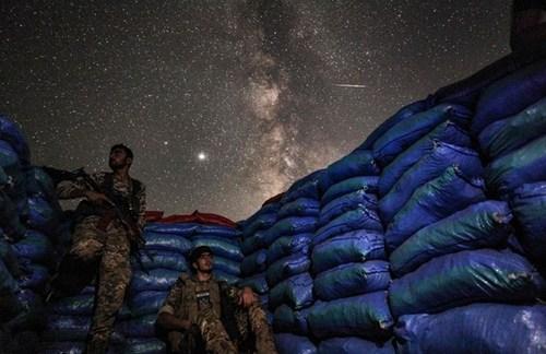 آسمان شب در سنگری متعلق به نیروهای وابسته به ترکیه در استان