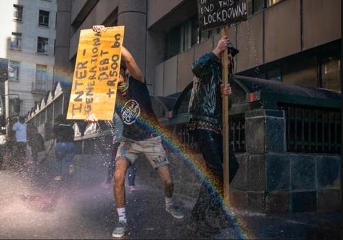 استفاده پلیس آفریقای جنوبی از ماشین آبپاش برای متفرق کردن تظاهراتکنندگان معترض به قرنطینه سراسری در شهر