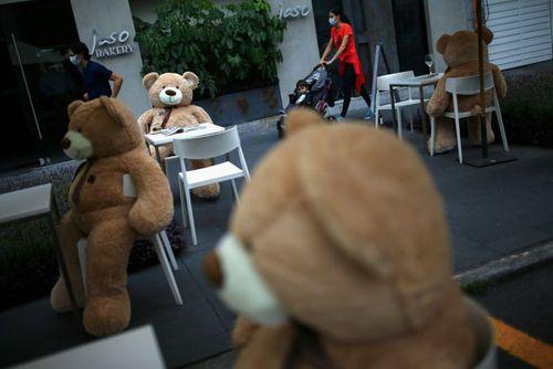 عروسکهای خرسی روی صندلی رستورانی در شهر مکزیکوسیتی برای رعایت فاصله فیزیکی بین مشتریان/ رویترز