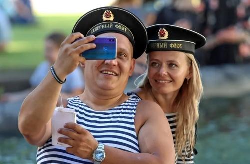 یک زوج ملوان روسی در جشن روز نیروی دریایی در شهر