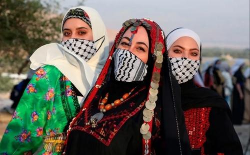 زنان فلسطینی در مراسم جشن روز لباس سنتی به برنامه اسرائیل برای الحاق بخشهایی از کرانه باختری به اسراییل اعتراض میکنند./ خبرگزاری فرانسه
