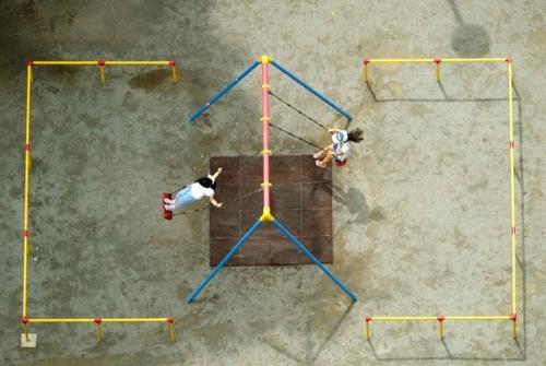 تاب بازی کودکان در کلیسایی در شهر توکیو ژاپن/ خبرگزاری فرانسه