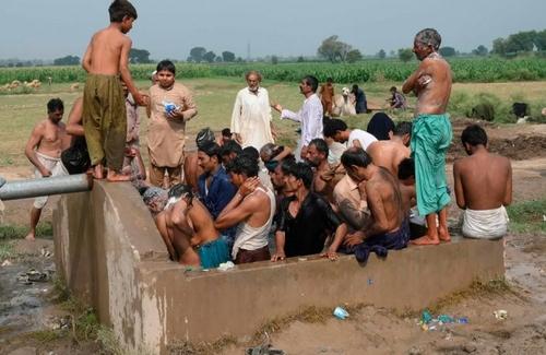 حمام کردن کشاورزان پاکستانی در لاهور/ خبرگزاری فرانسه