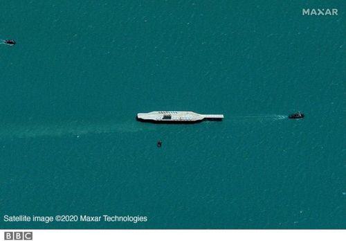 تصویر ماهواره ای متعلق به 26 جولای (یکشنبه) از حرکت دادن ماکت ناو به سمت تنگه هرمز