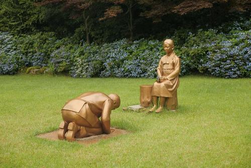 با وجود امتناع دولت ژاپن از عذرخواهی رسمی از کره جنوبی بابت بردگی جنسی زنان کره جنوبی برای سربازان ارتش ژاپن در جریان جنگ دوم جهانی، اما در یک پارک در شهر
