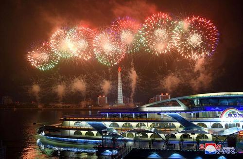 آتشبازی و نورافشانی در جشن شصت و هفتمین سالگرد پایان جنگ دو کره در شهر