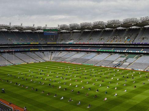 مسلمانان ایرلندی برای اقامه نماز عیدقربان محوطه استادیوم فوتبال