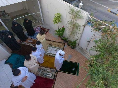 اقامه نماز عید قربان یک خانواده در حیاط خانه در شهر شارجه امارات/ گلف نیوز