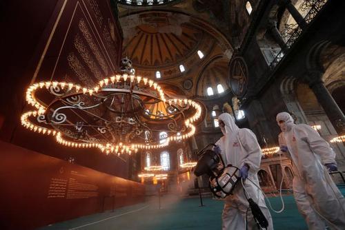 ضدعفونی کردن مسجد آیاصوفیه استانبول/ رویترز