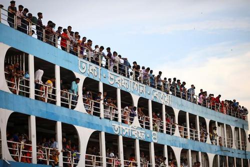 کشتی مملو از کارگران مهاجر در حال سفر در تعطیلات عیدقربان در بنگلادش/ رویترز
