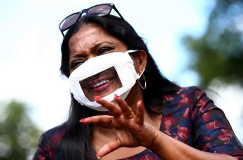 ماسک طراحی شده برای استفاده ناشنوایان و کسانی که با ناشنوایان سروکار دارند. این روزها ماسک زدن امکان لبخوانی را از ناشنوایان گرفته و ارتباطات آنها با جامعه را دچار اختلال کرده است./ اندن/ رویترز