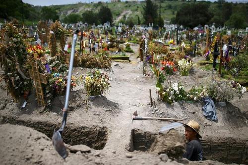 کندن قبرهای تازه برای دفن انبوه فوتیهای کرونا در گورستان اصلی شهر مکزیکوسیتی/ رویترز