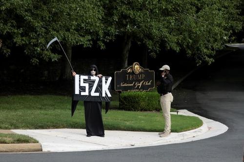 یک معترض آمریکایی در شمایل فرشته مرگ با نوشته اعتراضی 152 هزار مرگ کرونایی در آمریکا در مقابل باشگاه گلف ترامپ در واشنگتن ایستاده است./ رویترز