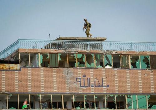 مقابله نیروهای امنیتی افغان با تروریستها در جریان حملهای به زندان مرکزی شهر جلالآباد افغانستان/ رویترز