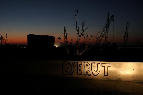 دیوارنوشتهای کنایهآمیز در کنار محل انفجار مهیب 2 هفته پیش در شهر بیروت. (بای روت)