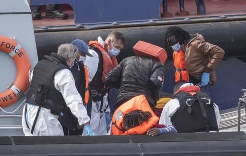 انتقال پناهجویان برگزیده شده از سوی گارد مرزی بریتانیا به ساحل